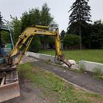 Cca po hodině přijela mašina a začala rozbíjet betonovou podezdívku. Šlo to pomalu, ale za den se stihlo všech šest segmentů plotu.