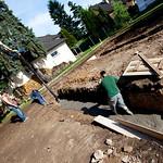 Náš stavbyvedoucí kráčí betonem