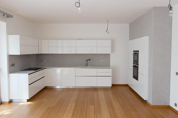 Bílá kuchyně betonová stěrka vysoký lesk