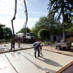Zahlazování krycí betonové mazaniny na základové desce