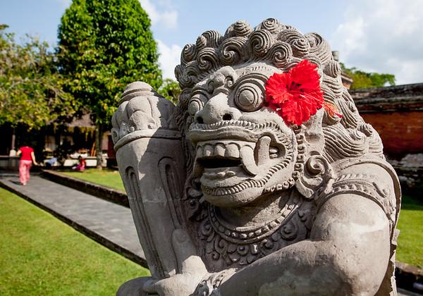 Bali socha s květy