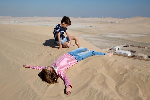 děti poušť písek Katar